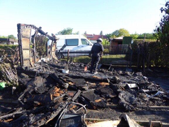 """Die Feuerwehr musste am frühen Dienstagmorgen ein brennendes Holz-Gartenhaus in der Kleingartenanlage """"Am Höllgraben"""" löschen."""