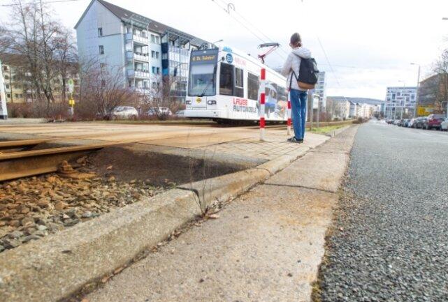 Der Bordstein ist bereits an einigen Stellen abgesenkt worden, wie hier am Straßenbahnübergang in Höhe der Elfgeschosser an der Tischendorfstraße und des Roten Würfels, ein früheres Bowlingcenter.