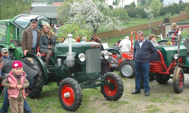 """Armin Schwabe (auf dem linken Traktor mit Enkelin Anna) präsentierte beim Traktorentreffen in Brunn seinen """"Stock"""", Baujahr 1941."""