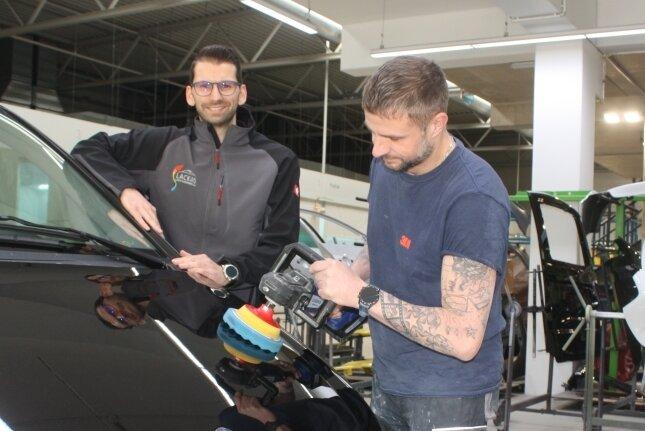 Benjamin Liebert und Uwe Engel (von links) vom Unternehmen Lackaro motzten das Auto für die erkrankte Sophie Gerber und ihre Familie auf.