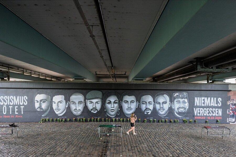 Ein Bild auf der Mauer unter der Friedensbrücke in Frankfurt am Main zeigt die Porträts von neun Opfern der Anschläge, die es am 19. Februar 2020 in Hanau gab. Das 27 Meter lange Gemälde wurde von einem Künstlerkollektiv aus Freunden, Angehörigen und Antifaschisten an den Brückenpfeiler gemalt.