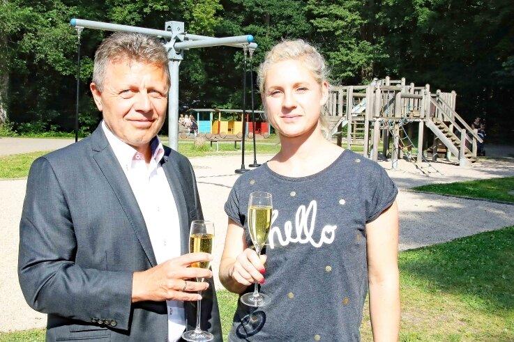 Matthias Gerth und Jana Unglaub stoßen auf die Zusammenarbeit zwischen ETC und Tiergehege-Förderverein an.