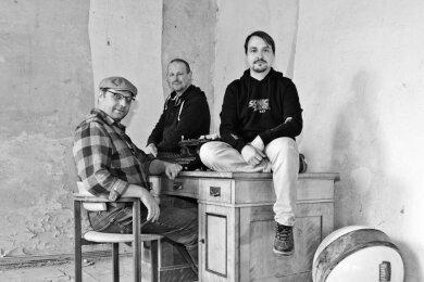 """Die Band """"Solche"""" mit Holm Krieger, Michael Focken und Mario Krohn (von links) hat ein neues Doppelalbum mit dem Titel """"Von Schöpfen und Sümpfen"""" herausgebracht."""