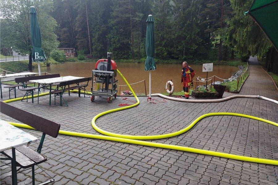 Die Freiwillige Feuwerwehr Adorf pumpte nach erneutem Starkregen den Koi-Teich in der Miniatur-Schauanlage Klein-Vogtland ab. Foto: Mario Beine/Stadt Adorf