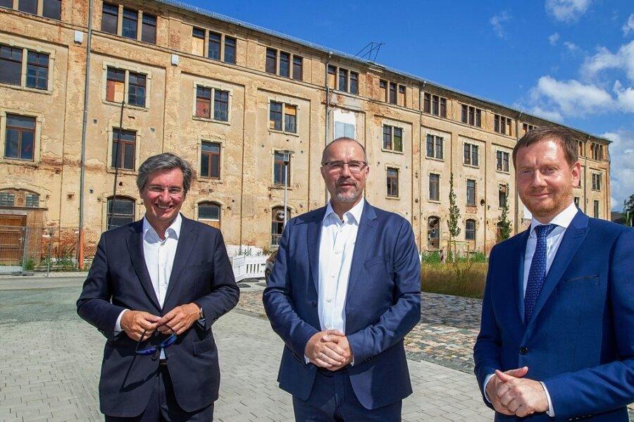 Rainer Gläß, Chef bei GK Software, erwirbt die Hempelsche Fabrik und will dort Neues schaffen. Plauens OB-Kandidat Steffen Zenner und Ministerpräsident Michael Kretschmer (von links) finden das gut.
