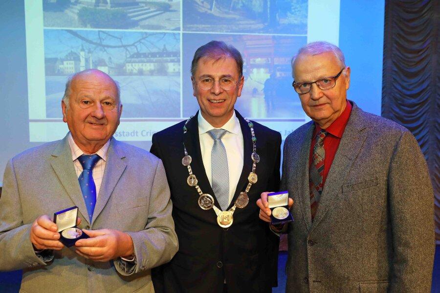 Wolfgang Spiegelberg und Holger Norden sind beim Neujahrsempfang in Crimmitschau mit der David-Friedrich-Oehler-Medaille ausgezeichnet worden.