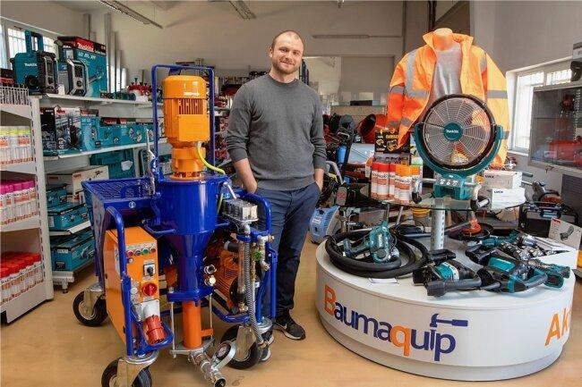 Baumaquip-Gründer Christian Röder in seinem Baugeräte- und Baumaschinenhandel Baumaquip. Noch mitten im Studium steckend, hat er das Geschäft mit inzwischen vier Angestellten eröffnet.