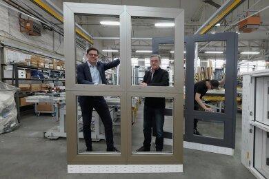 Geschäftsführer Wolf von Trotha (links) und Gerold Schwarzer mit dem Hafencity-Schallschutzfenster.