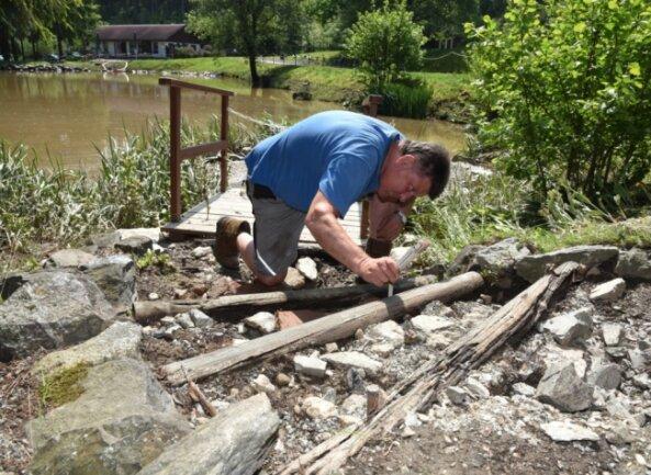 Beim Starkregen mit Schlammflut am Montagnachmittag wurde die Treppe zum Teich im Klein-Vogtland ausgespült und beschädigt. Klaus Mohr, Mitarbeiter der Anlage, wird sie in Kürze reparieren.