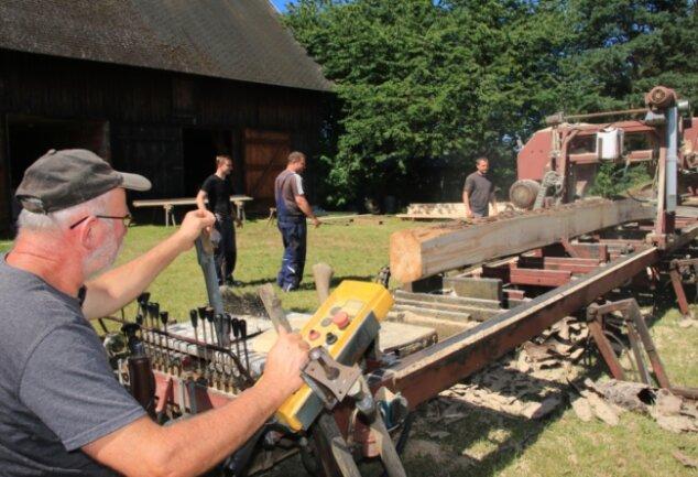 Aus dem Borkenkäferholz schneidet Stefan Hoppe Pfosten und Bretter.