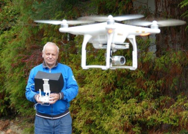 Dietmar Ender mit seinem Equipment. Der Borstendorfer ist Kameramann, Regisseur, Drehbuchschreiber und Drohnenpilot in einem. Nun schwebt dem 78-Jährigen auch ein Film über Zschopau von oben vor.