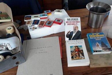 Orden aus DDR-Zeiten, handsignierte Bücher und ein Sektkühler aus dem Palast der Republik gehören zu den ersten Stücken für die Versteigerung. Jetzt sind die Lengenfelder zum Mittun aufgerufen.