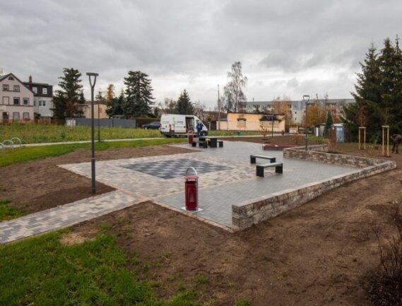 Die Umgestaltung der Fläche am Remser Weg geht voran. In den nächsten Tagen sollen weitere Sitzbänke hinzukommen.
