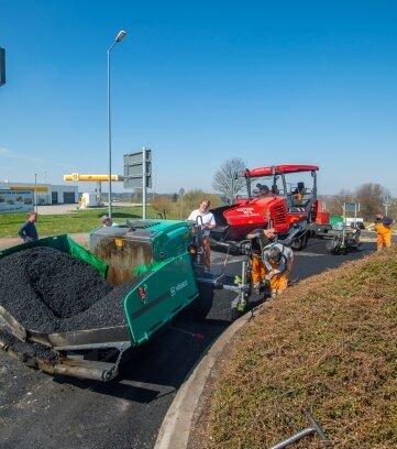Am Kreisverkehr wird die Fahrbahn erneuert.