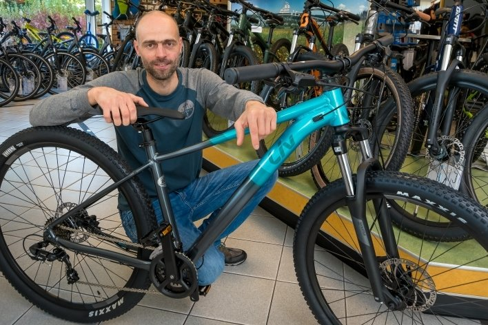Markus Hauptlorenz zeigt ein beliebtes Mountainbike für Damen in seinem Olbernhauer Fachgeschäft.