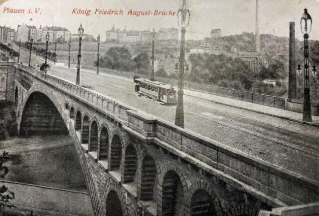 Eine Bildpostkarte aus dem Bestand des Stadtarchivs, auf der eine über den Viadukt fahrende Straßenbahn abgebildet ist.