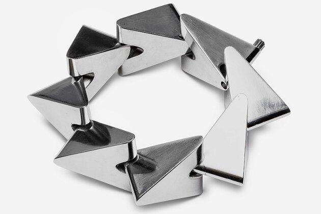 """Silberarmband von Bent Knudsen aus dem Jahr 1957 aus der Sammlung Marion und Jörg Schwandt - der Schmuck ist im Leipziger Grassimuseum in der Ausstellung """"Made in Denmark"""" zu sehen."""
