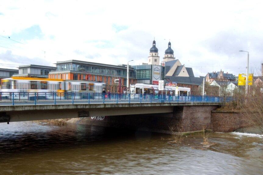 Noch steht die erst 1973 eingeweihte Neue Elsterbrücke fest, doch ein geplanter Ersatzneubau für sie ab 2022 wackelt.
