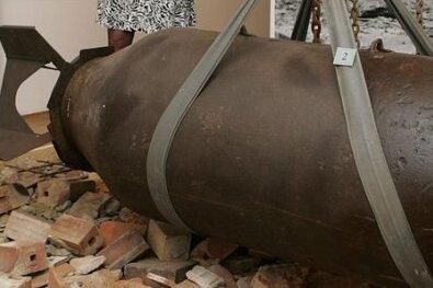 Solch eine Fliegerbombe, oder sogar mehrere dieser Art, steckt möglicherweise im Plauener Stadtzentrum in der Erde.