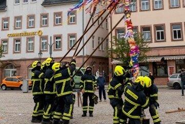 Der bunt geschmückte Maibaum ziert nun den Marktplatz in Rochlitz.