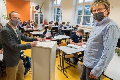 """Tischlermeister Andreas Görg (l.) hat ein Exemplar des von ihm entwickelten und gebauten Luftreinigers """"Air-Cleaner"""" in einem Klassenzimmer der Olbernhauer Oberschule installiert und dabei Schulleiter Uwe Klaffenbach (r.) die Bedienung des Gerätes erklärt. Der Test fand vor dem Shutdown statt."""