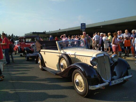 """Der Oldtimer-Audi, mit dem """"AKK"""" durch Schöneck fuhr."""