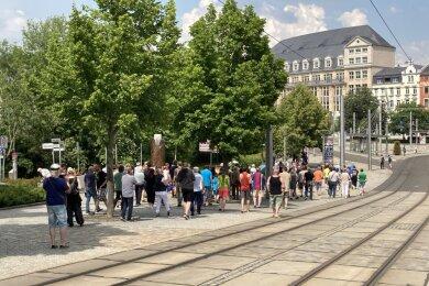 Zum sechsten Mal haben sich Bürger am Samstagnachmittag am Wendedenkmal im Stadtzentrum zu einer Kundgebung und einem Demonstrationszug getroffen, um ihre Kritik an Beschränkungen aufgrund der Corona-Pandemie zum Ausdruck zu bringen.