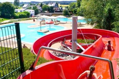 Wasserratten und Sonnenanbeter haben derzeit nicht nur im Hartmannsdorfer Freibad im Rödelbachtal jede Menge Platz.