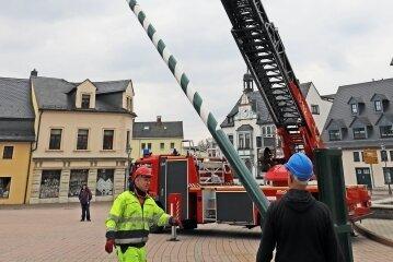 Mitarbeiter des Brand-Erbisdorfer Bauhofs und Kameraden der Feuerwehr beim Aufstellen des Maibaums.