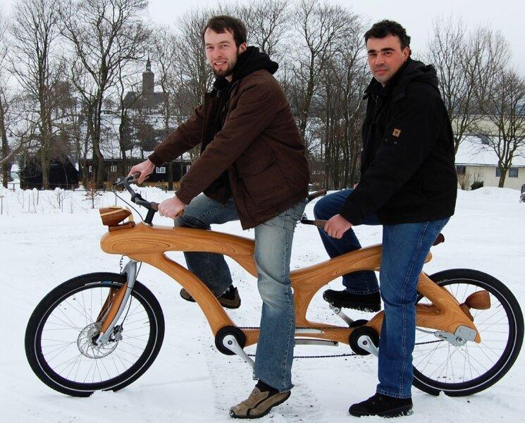 Stolz präsentieren der Konstrukteur Jens Eichler (vorn) und der Chef von Zeidler Holzkunst in Cämmerswalde.