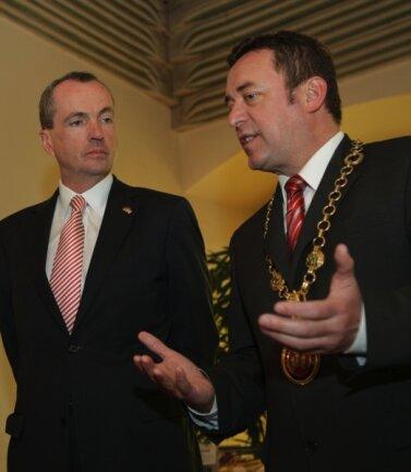 Philip Murphy hörte beim geschichtlichen Exkurs von Oberbürgermeister Ralf Oberdorfer genau zu.