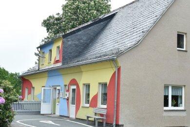 Das Außengebäude Buntes Haus der Zwergenvilla ist sanierungsbedürftig. Nach Errichtung eines Krippenanbaus soll es abgerissen werden.