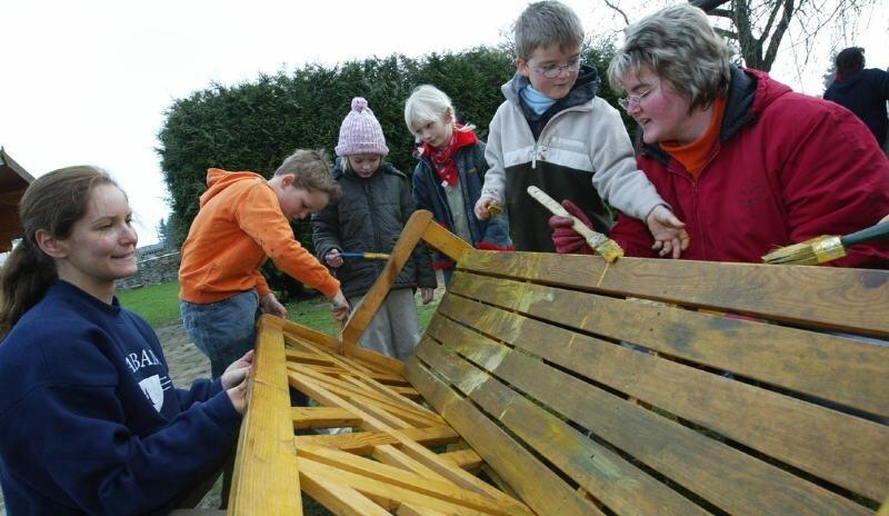 An der Grundschule Oberlosa haben Eltern und Kinder die Gartenbänke mit Holzlasur gestrichen. Von links: Antje und Lorenz Schiller, Jasmin Winkelmann, Elisa-Marie Hansel sowie Janko und Jana Schuster.
