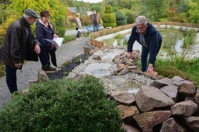 Vereinsmitglied Hans-Jörg Herklotz (rechts) kümmert sich um die Neugestaltung des Teichs in der Gartenanlage.