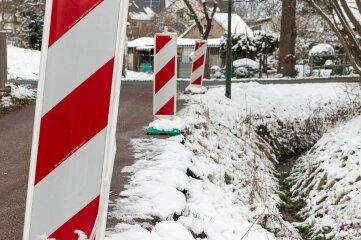 Kaputte Böschung wird saniert: In Breitenborn war unweit des Dorfbaches ein Hang ins Rutschen geraten. Damit die Straße wieder ungehindert passiert werden kann, sind rund 70.000 Euro teure Arbeiten nötig.