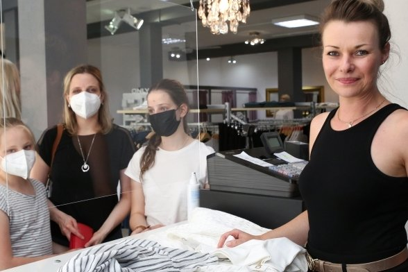 Anja Lehmann von der Fashion Lounge in Schwarzenberg (rechts) freut sich, dass sie Stammkunden wie Anna-Katharina Neubert und ihre Töchter wieder zum Einkauf begrüßen darf - jetzt auch ohne Test.