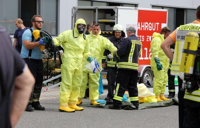 Bei einem Großeinsatz der Feuerwehr in einer Firma in Hohenstein-Ernstthal waren auch Feuerwehrleute in Spezialanzügen vor Ort.