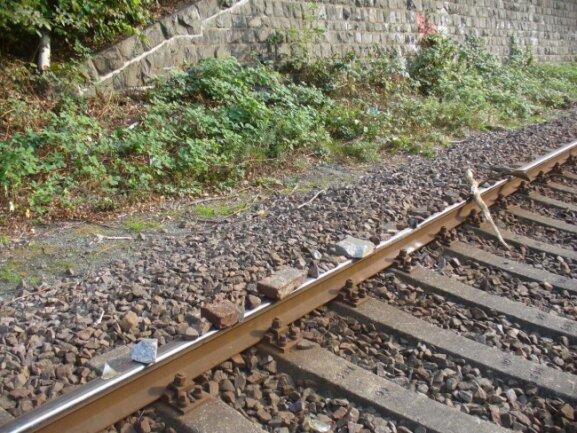 Unbekannte haben Steine, Betonplatten und Holzstücke auf die Gleise gelegt.