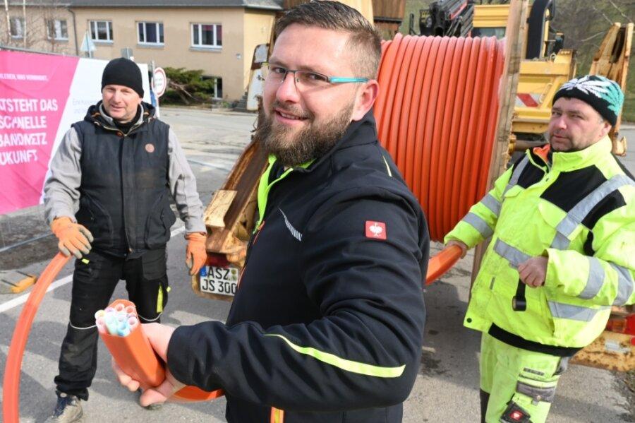 Die Firma Morfeld ist gerade dabei, in Jahnsdorf Leerrohre zu verlegen. Mit dabei sind Hendrik Wilhelm, Ruben Holzhey und Ronny Rehbock (von links).