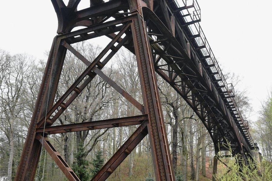 Die ehemalige Eisenbahnbrücke in Rabenstein wird saniert. Diese Woche haben die Vorarbeiten begonnen.