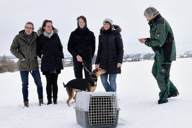 Der Uhu kurz vor seiner Freilassung. Finderin Anja Püschel (zweite von rechts) mit Familie und Hündin Abby waren gekommen war, um den Vogel fliegen zu sehen. Ramona Demmler päppelte das Tier auf (rechts).