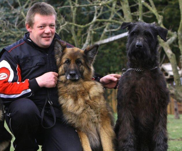 Steffen Scheffler ist oft mit Schäferhund Frey von der Friesenklippe und Riesenschnauzer Uzo von der Schönburg unterwegs. Er ärgert sich, dass Hundebesitzer jetzt stärker zur Kasse gebeten werden.