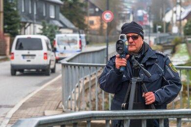 Polizeihauptkommissar Uwe Göppert stand am Dienstagmorgen an der Grundschule Affalter an der Laserpistole.