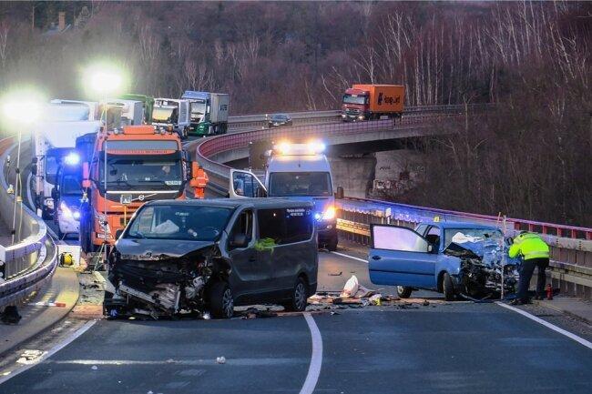 Beim Frontalzusammenstoß von einem Kleintransporter und einem Pkw sind am Freitagmorgen sieben Menschen auf der Talbrücke über Alberoda verletzt worden. Der Autobahnzubringer musste für viereinhalb Stunden gesperrt werden.