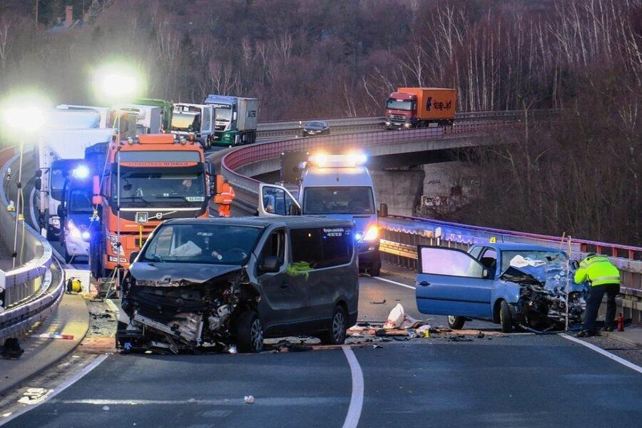 Beim Frontalzusammenstoß von einem Kleintransporter und einem Pkw sind am gestrigen Freitagmorgen sieben Menschen auf der Talbrücke über Alberoda verletzt worden. Der Autobahnzubringer musste für viereinhalb Stunden gesperrt werden.