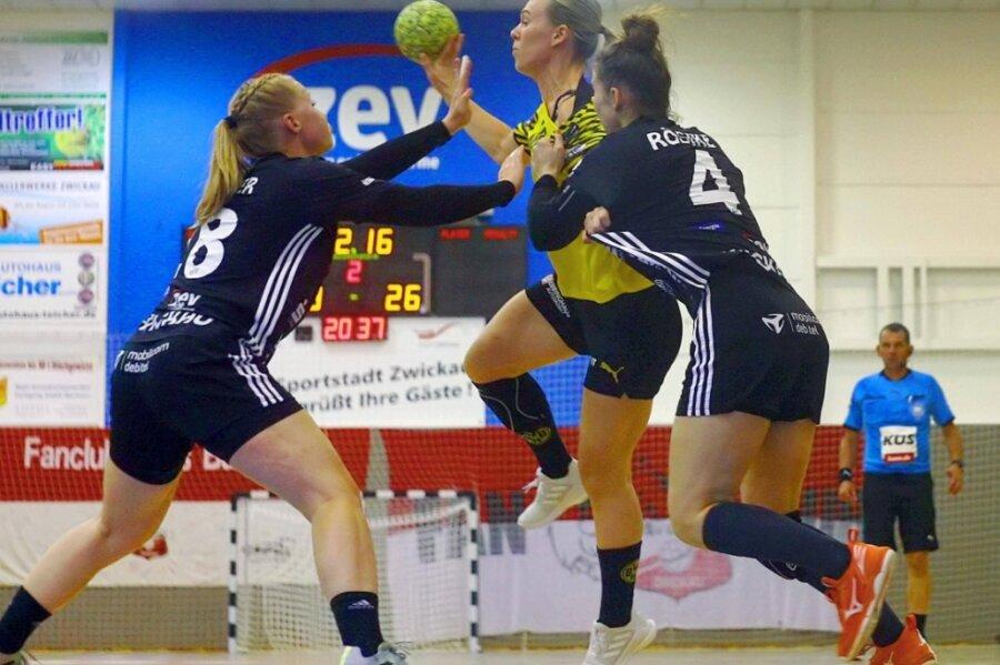 Die Zwickauerinnen Alisa Pester (links) und Isa-Sophia Rösike (rechts) wollen am Freitag in Bensheim in der Abwehr so energisch zugreifen wie in dieser Szene gegen die Dortmunderin Frida Namo Ronning.