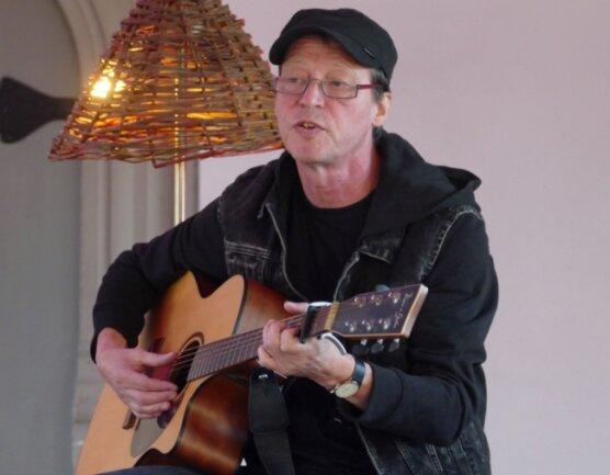 Am liebsten spielt Thomas Franke-Gernhardt mit seiner Gitarre direkt vor Publikum, damit er sich mit den Zuhörern austauschen kann.