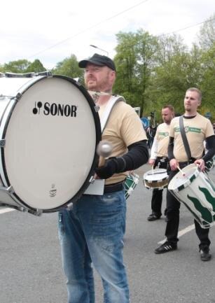 Mit Parteihemden, Trommeln und Fahnen marschierte Der Dritte Weg am 1. Mai durch Plauen.