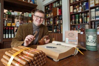 Jörg Churfürst-Pille, Zigarren-Experte, verwöhnt die Gäste des Opernballs.