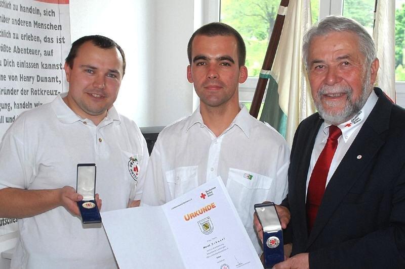 Als Anerkennung für die ehrenamtliche Arbeit wurde Ronny Ullmann (links) vom Präsidenten des DRK-Landesverbandes Sachsen, Helmut Weidelener (rechts), mit dem Leistungsabzeichen in Gold ausgezeichnet. Marcel Schmerl erhielt die Ehrung in Silber. Beide gehören dem DRK-Ortsverein Olbernhau an.